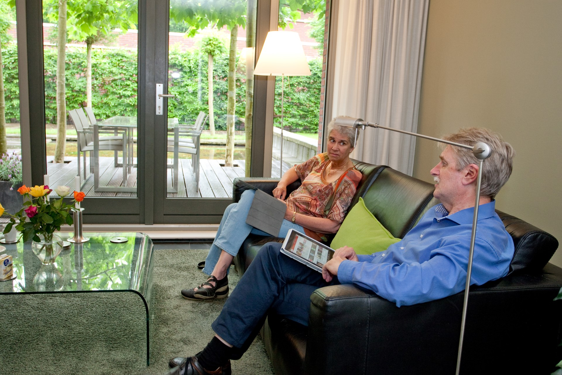 Vanaf de bank in onze woonkamer hebben we zicht op tuin én straat (Lenny en Jan)