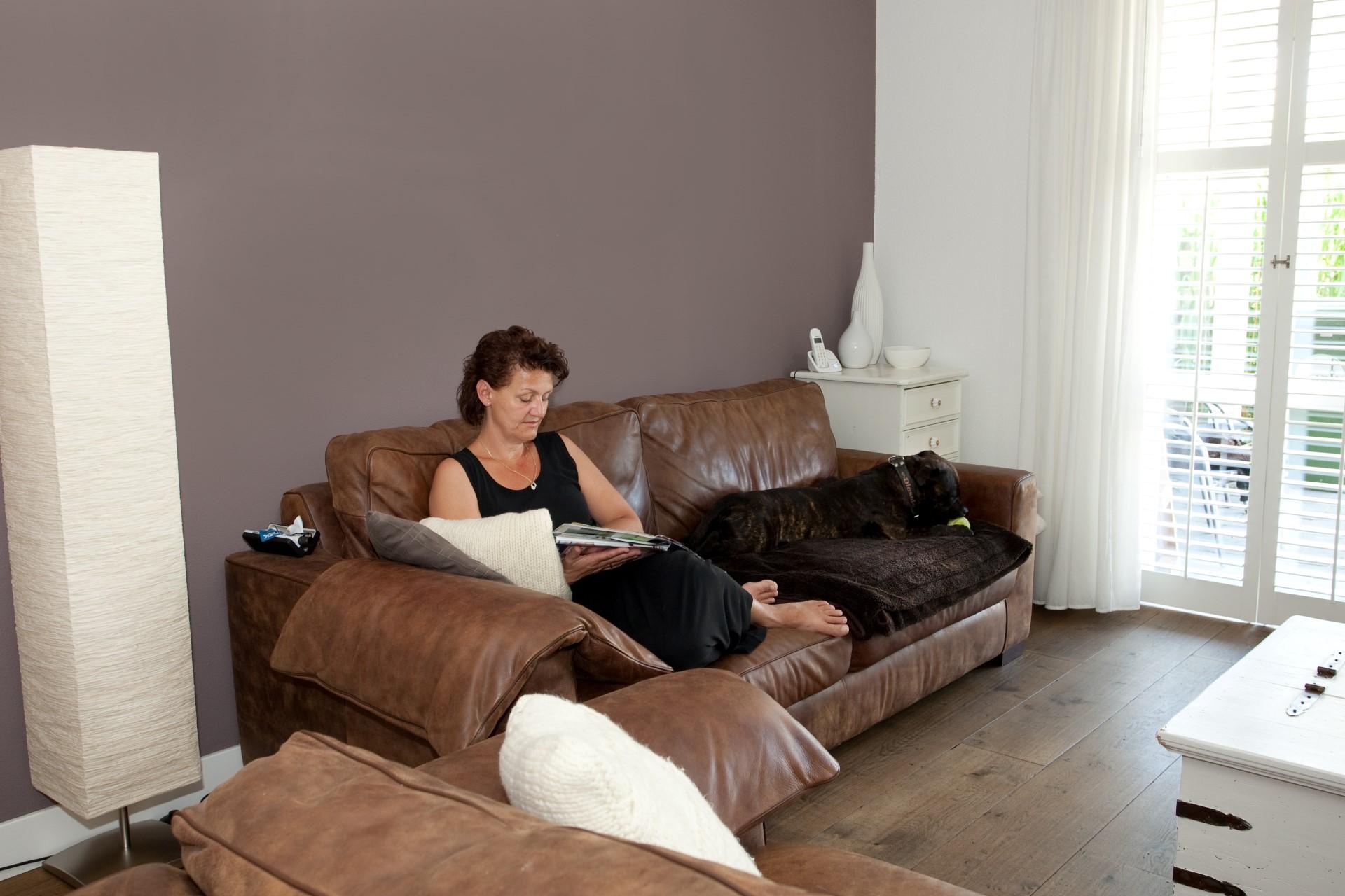 We hebben een lichte en sfeervolle woonkamer, mede dankzij de shutters (Sandra)