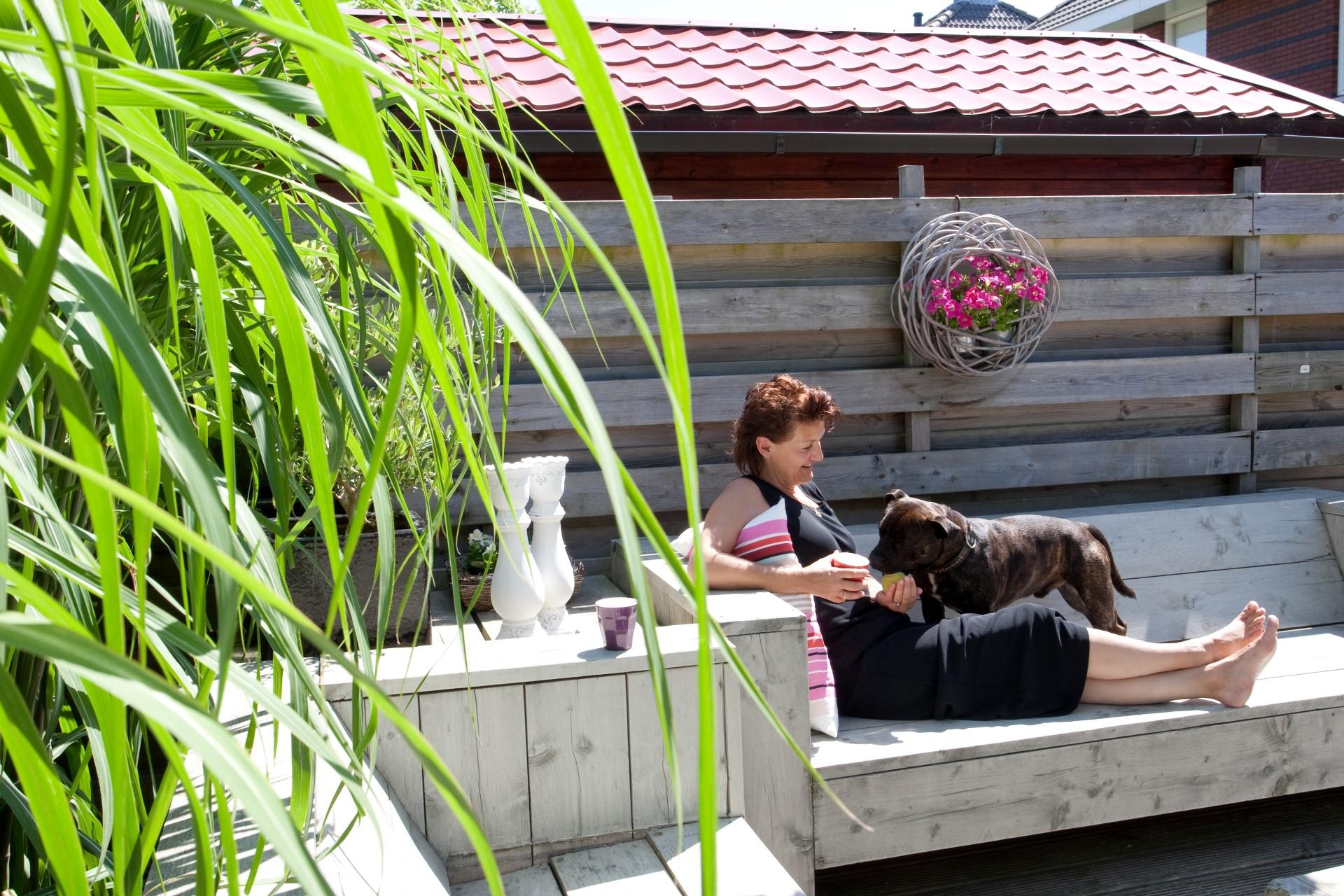 In onze achtertuin is het heerlijk zonnig en stil (Sandra)
