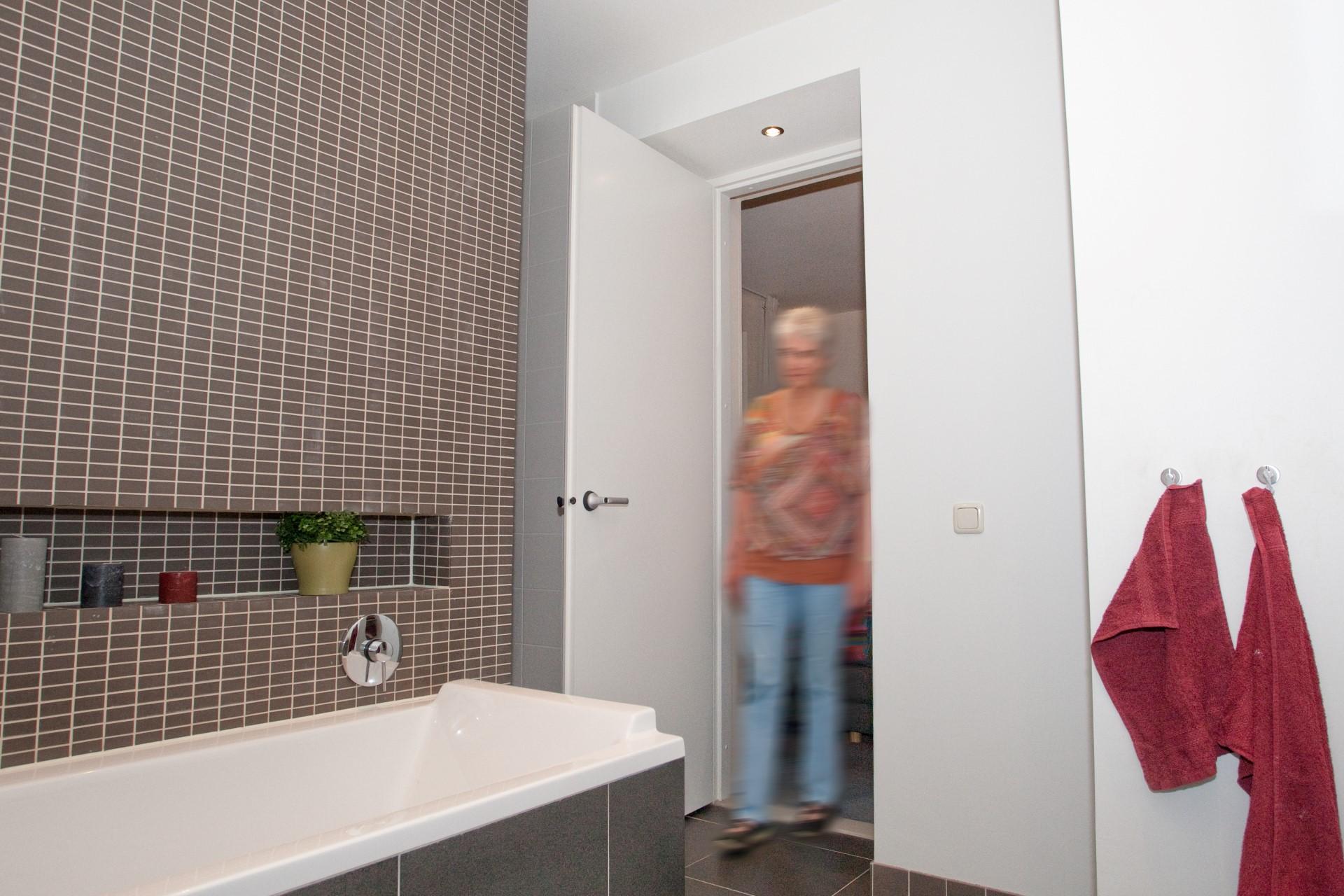 Vanuit onze slaapkamer lopen we zo de badkamer in (Lenny)