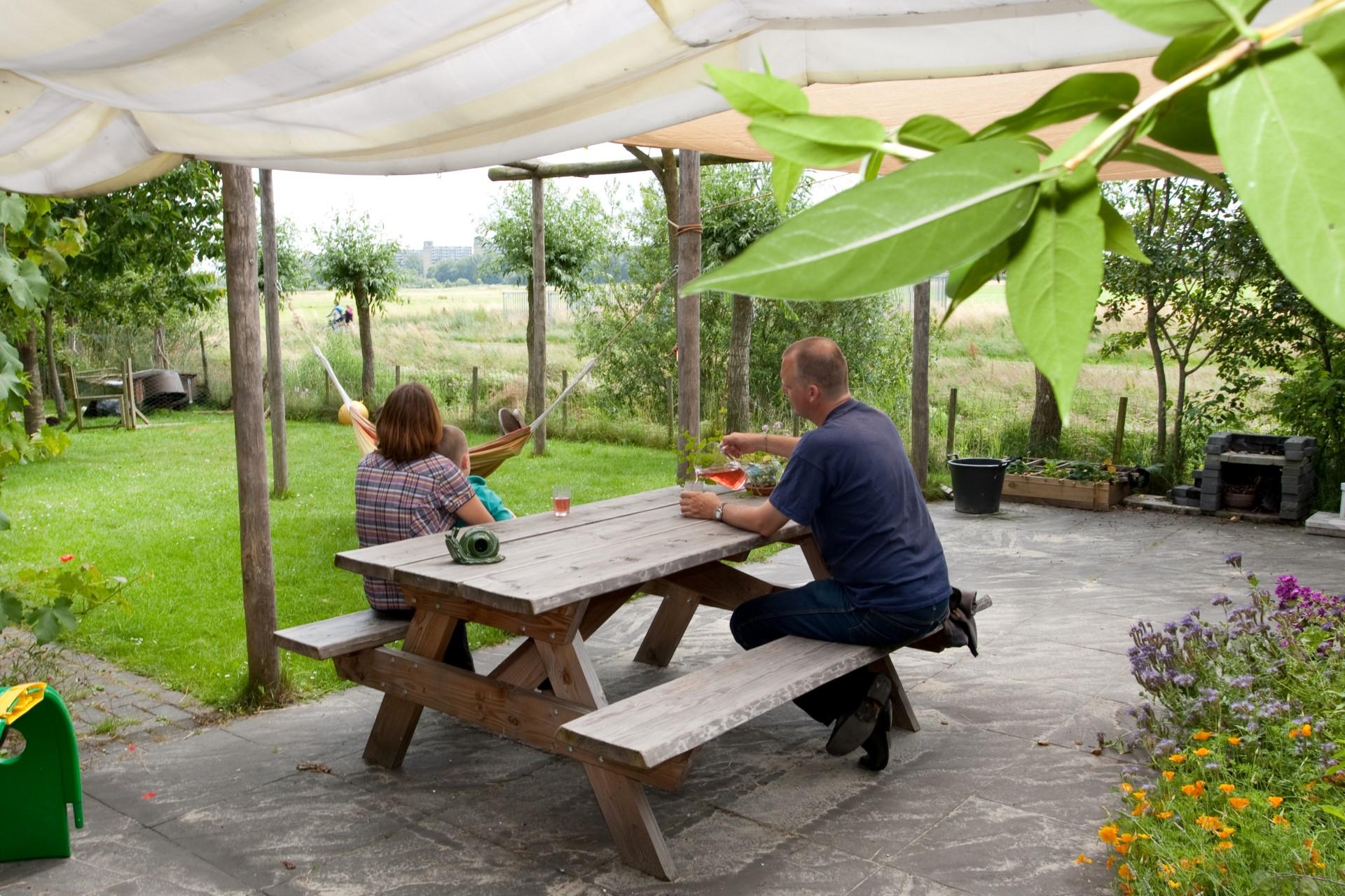 """Wij zijn op vakantie in eigen tuin, met koeien, hazen en vogels als """"huisdieren"""" (Karen en Henk)"""