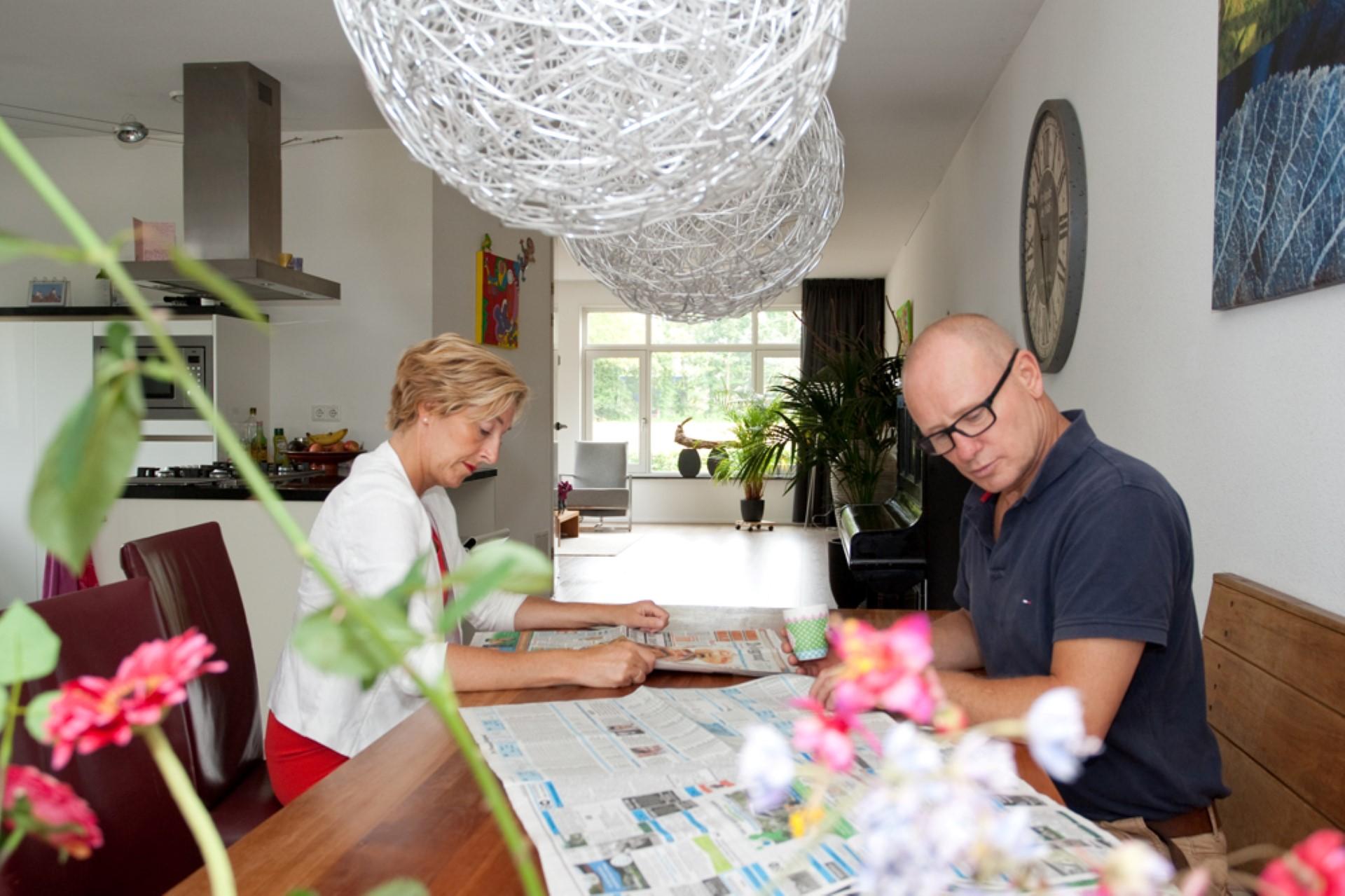 Onze favoriete plek van de dag, lekker aan de krant en koffie aan de eettafel (Adriana en Hans)